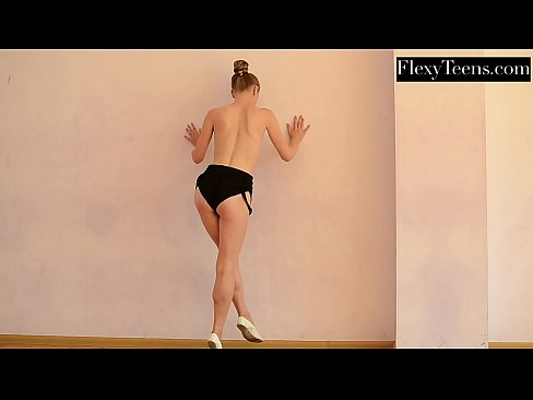 Flexible teen Anna does hot nude gymnastics